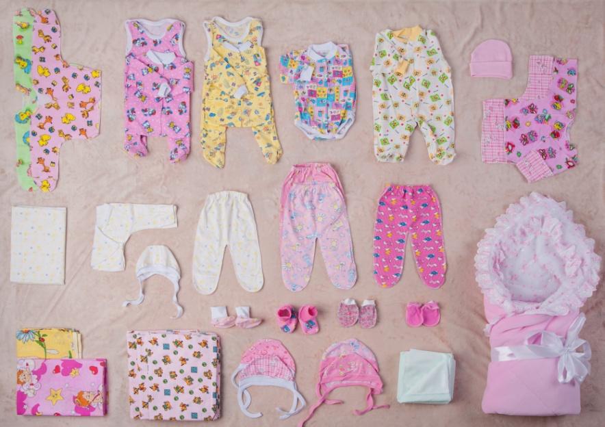 Какая одежда необходима новорожденному в первые месяцы